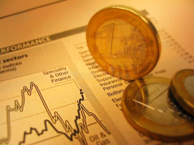 Finanzdiagramm und Münzen stockbild