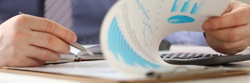Finanzeinkommens-Ausgabe Person Calculate Company stockbild