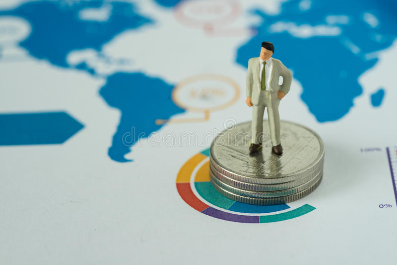 Finanzgeschäftskonzept als Miniaturgeschäftsmann, der an steht lizenzfreies stockfoto