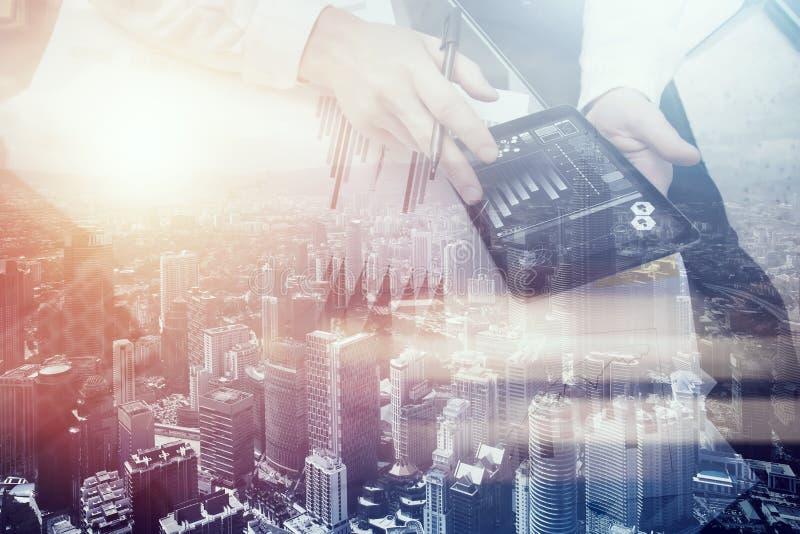 Finanzhändlerarbeitsprozess Doppelbelichtungsfotomanngebrauchs-Geschäftsberichte moderne Tablette, Diagrammschirm Bankermanager lizenzfreie stockbilder