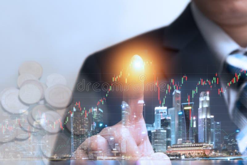 Finanzhandelskonzept auf Lager mit Geschäftsmann rührendem hologr lizenzfreies stockbild