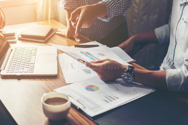 Finanziell, erklärend, Anlageberater, der mit ihrem Team sich berät lizenzfreie stockbilder