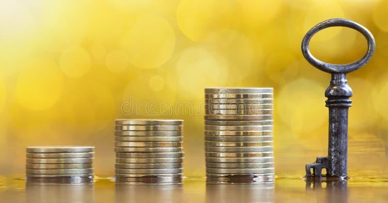 Finanzielle Unterstützung, Sicherheit, Schlüssel- und Geldmünzen lizenzfreies stockbild