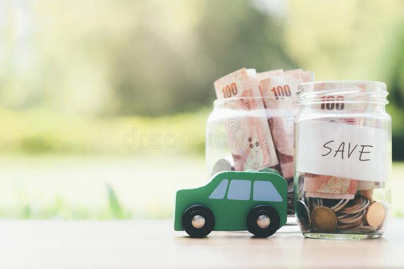 Finanzierung und Rettungsgeld des Autokredits für ein Auto lizenzfreie stockbilder