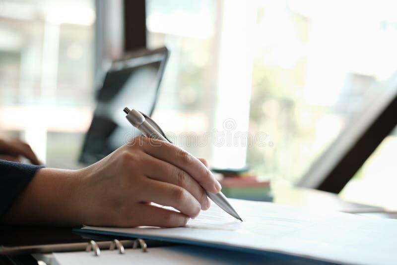 Finanzinspektor analysieren Rechnungsplanbericht Businesswoma stockfotos