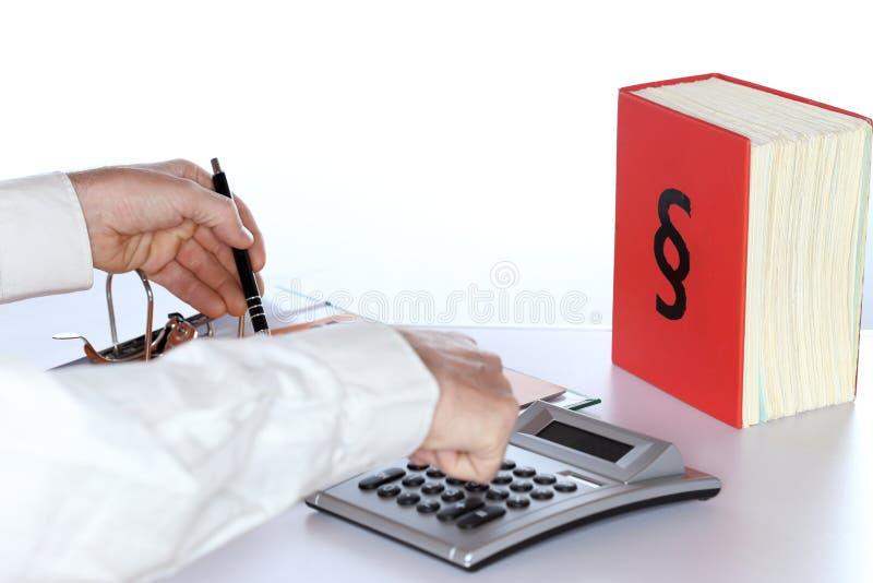 Finanzkonzept mit der Berechnung des Geschäftsmannes stockfotos