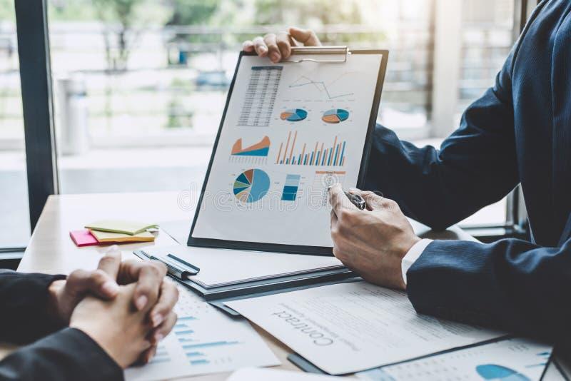 Finanzmanagersitzung, die Firmenwachstums-Projekt succes bespricht lizenzfreies stockbild