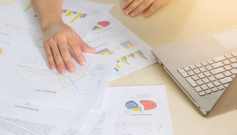 Finanzpapierdiagramme, Diagramme und Notizbuch auf dem Tisch stockfotos