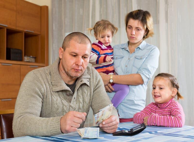 Finanzprobleme in der Familie lizenzfreies stockfoto
