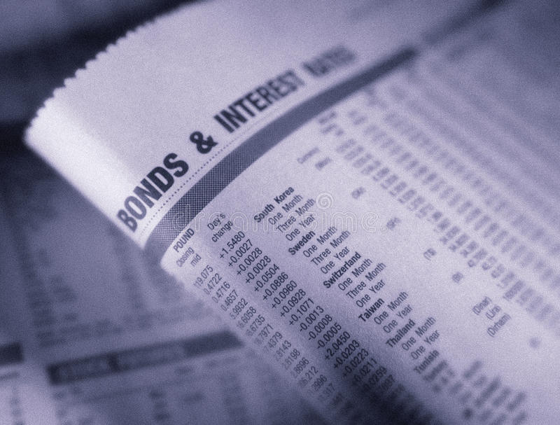 Finanzseite, die Anleihen und Zinssätze zeigt stockbild