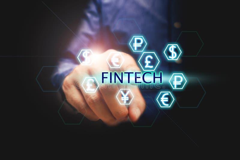 Finanztechnologiekonzept, Mann, der Text fintech und curr bedrängt stockfotos