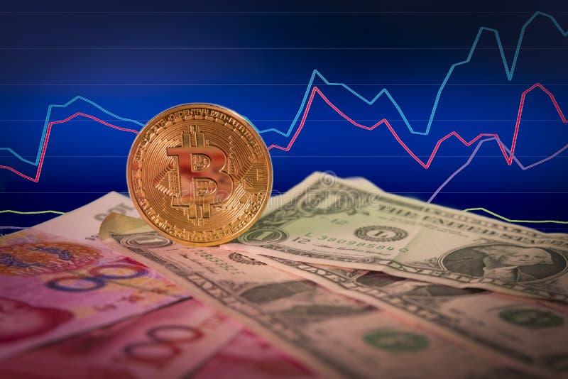 Finanzwachstumskonzept mit goldenem bitcoin über Dollar- und Yuanrechnungen und Diagrammhintergrund stockbild