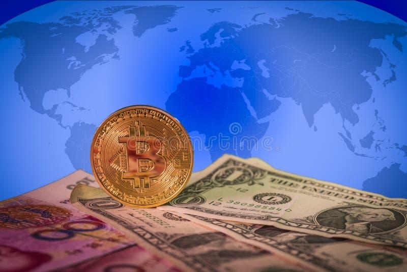 Finanzwachstumskonzept mit goldenem bitcoin über Dollar- und Yuanrechnungen und einer Weltkarte auf dem Hintergrund lizenzfreie stockfotos
