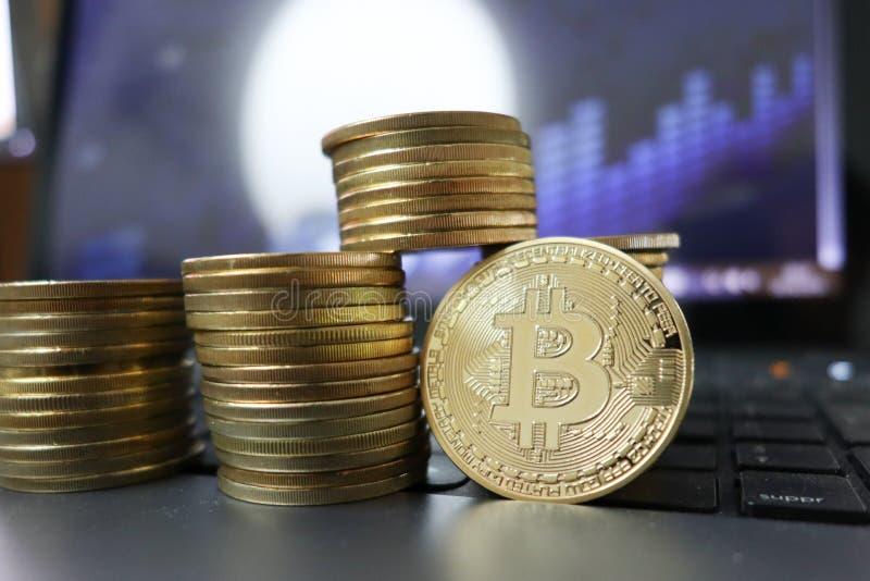 Finanzwachstumskonzept mit goldenem Bitcoins-Führer auf Devisendiagramm lizenzfreie stockfotografie