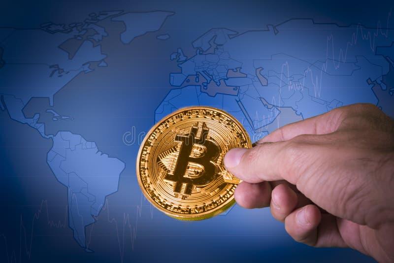 Finanzwachstumskonzept mit goldener Bitcoins ona-Weltkarte stockbild