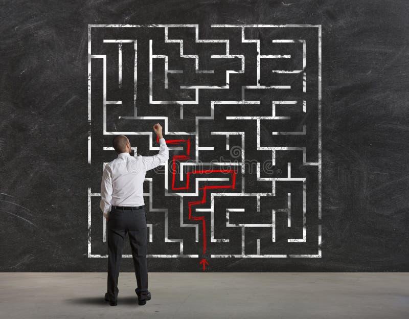 Finden der Lösung des Labyrinths stockbild