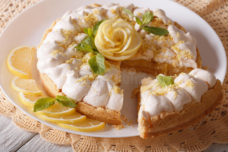 Fine affettata deliziosa del dolce della meringa del limone su orizzontale immagine stock libera da diritti