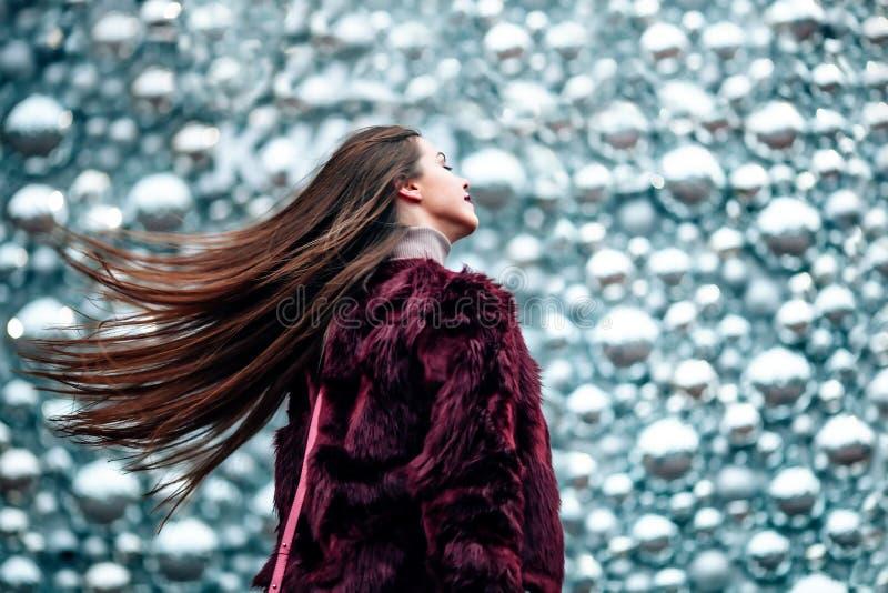 Fine all'aperto sul ritratto di giovane bella ragazza con la ragazza lunga dei capelli che cammina dinamicamente giù la via I cap immagini stock libere da diritti