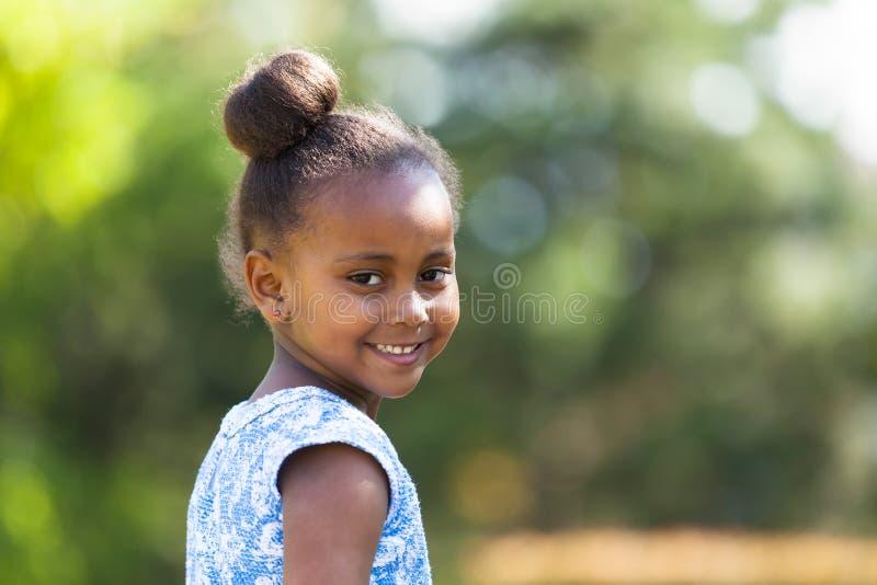 Fine all'aperto sul ritratto di giovane ragazza nera sveglia - p africana fotografia stock libera da diritti