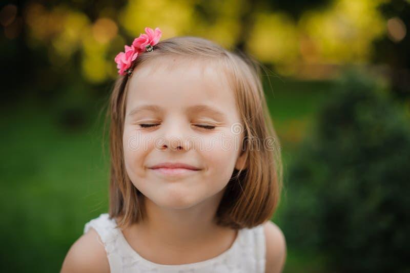 Fine all'aperto sul ritratto di un sorridere sveglio della ragazza immagine stock
