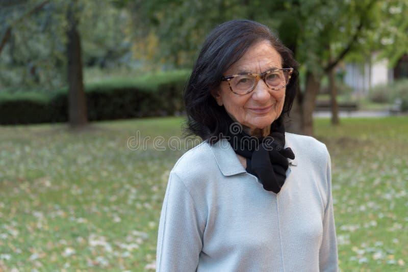 Fine anziana della donna su all'aperto fotografie stock
