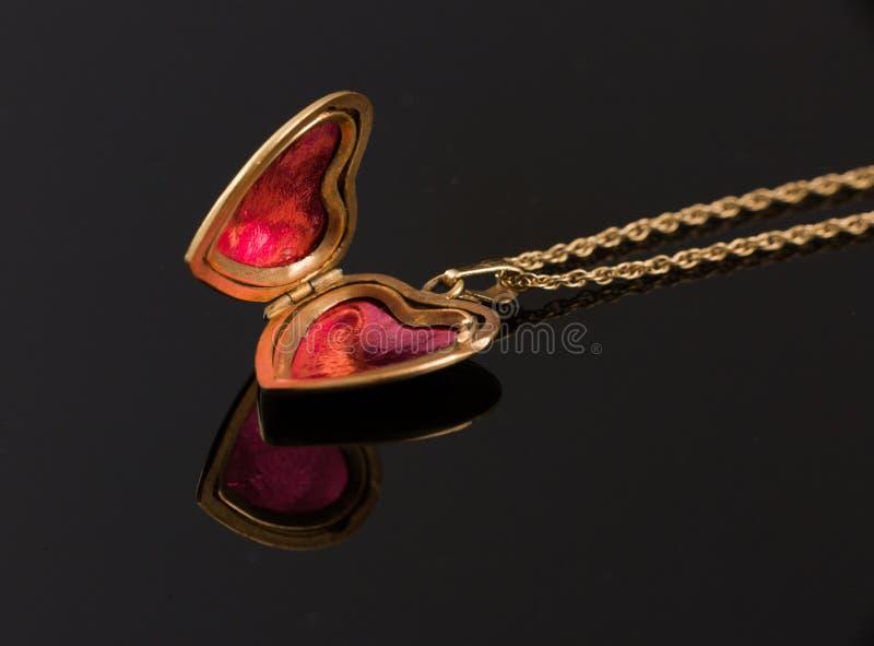 Fine aperta della collana del medaglione del cuore su fotografia stock