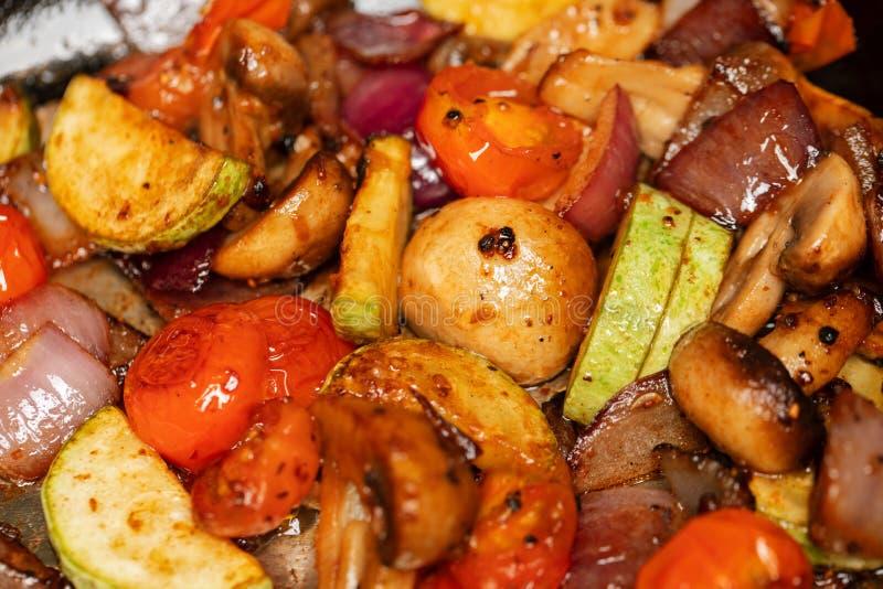 Fine arrostita di estremo delle verdure su fondo Funghi bianchi affettati misti, zucchini, pomodori ciliegia, cipolle porpora C v fotografie stock