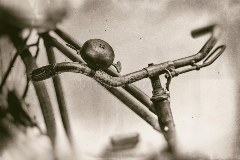 Fine arrugginita della campana della bicicletta e del manubrio su fotografia stock libera da diritti