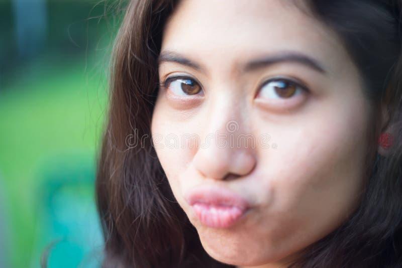 Fine asiatica del ritratto della ragazza di felicità su fotografia stock