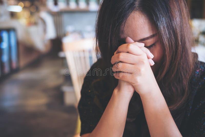 Fine asiatica della donna lei occhi al pregare ed al desiderio per una buona fortuna fotografia stock libera da diritti