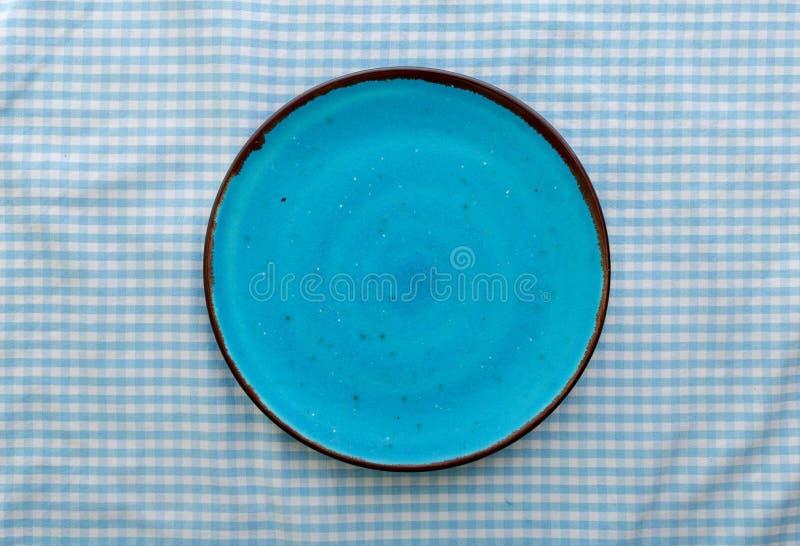 Fine ceramica blu vuota del piatto su, vista superiore fotografie stock libere da diritti