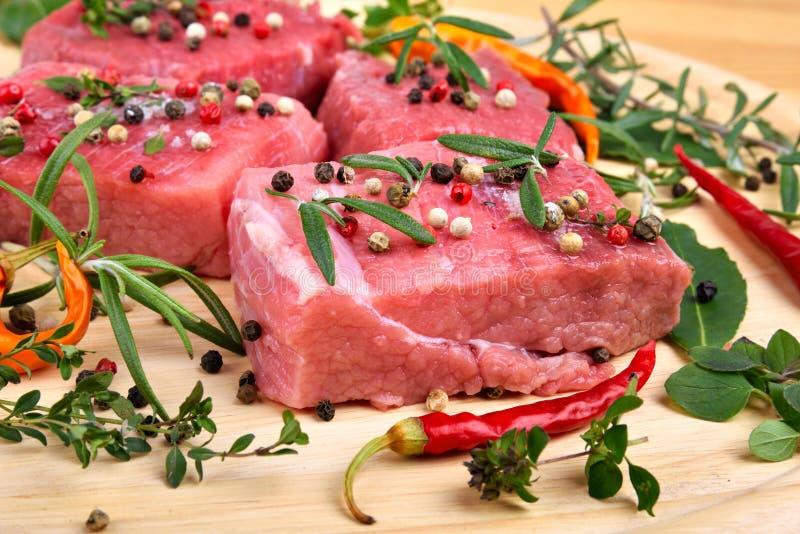 Fine cruda della carne del manzo su immagini stock