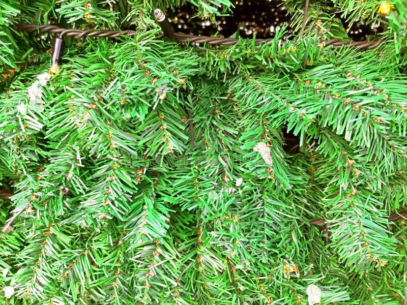 Fine decorativa verde artificiale dell'albero di Natale su fotografia stock