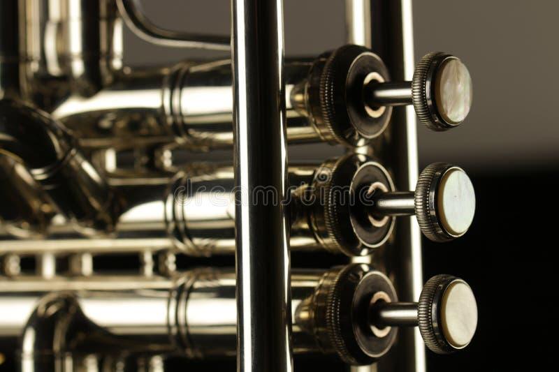 Fine del bottone di tre dita su di uno strumento della tromba immagine stock libera da diritti