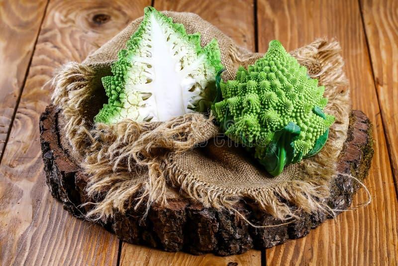 Fine del broccolo di Romanesco in su La verdura di frattale è conosciuta per è il collegamento alla sequenza di Fibonacci immagine stock