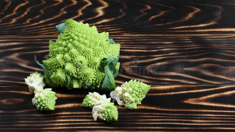 Fine del broccolo di Romanesco in su La verdura di frattale è conosciuta per è il collegamento alla sequenza di Fibonacci fotografia stock
