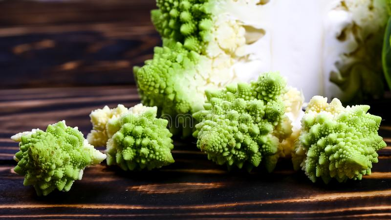 Fine del broccolo di Romanesco in su La verdura di frattale è conosciuta per è il collegamento alla sequenza di Fibonacci ed al r immagini stock