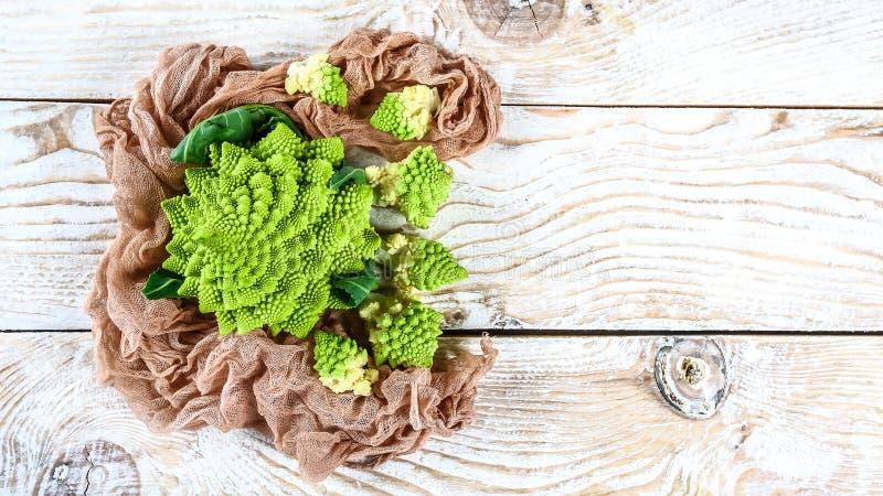 Fine del broccolo di Romanesco in su La verdura di frattale è conosciuta per è il collegamento alla sequenza di Fibonacci ed al r fotografie stock