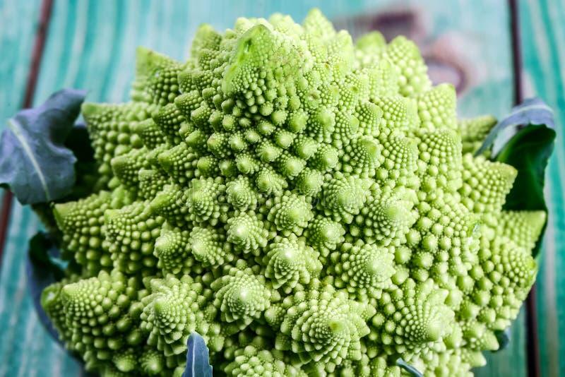 Fine del broccolo di Romanesco in su La verdura di frattale è conosciuta per è il collegamento alla sequenza di Fibonacci ed al r immagine stock libera da diritti
