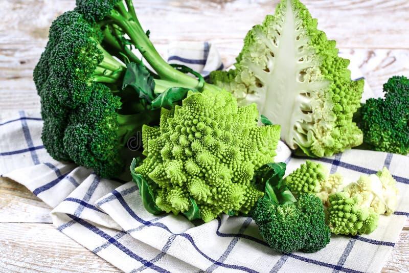 Fine del broccolo di Romanesco in su La verdura di frattale è conosciuta per è il collegamento alla sequenza di Fibonacci ed al r immagini stock libere da diritti
