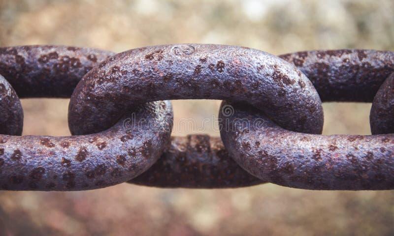 Fine del collegamento a catena del metallo su che mostra struttura fotografie stock