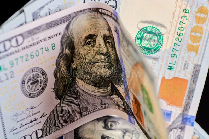 Fine del denaro contante del dollaro su in grandi numeri fotografie stock libere da diritti