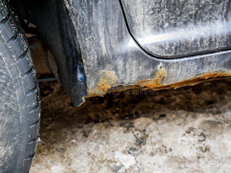 Fine del dettaglio della ruggine sul colpo sulla vecchia automobile nera fotografie stock