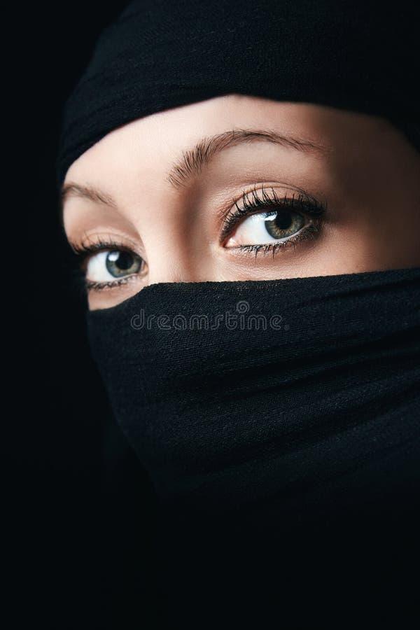 Fine del fronte della donna su con soltanto gli occhi visibili fotografie stock