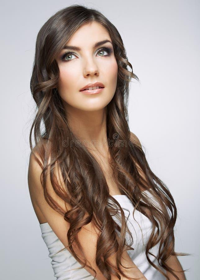 Fine del fronte della donna sul ritratto di bellezza Ragazza con il lookin lungo dei capelli fotografia stock libera da diritti