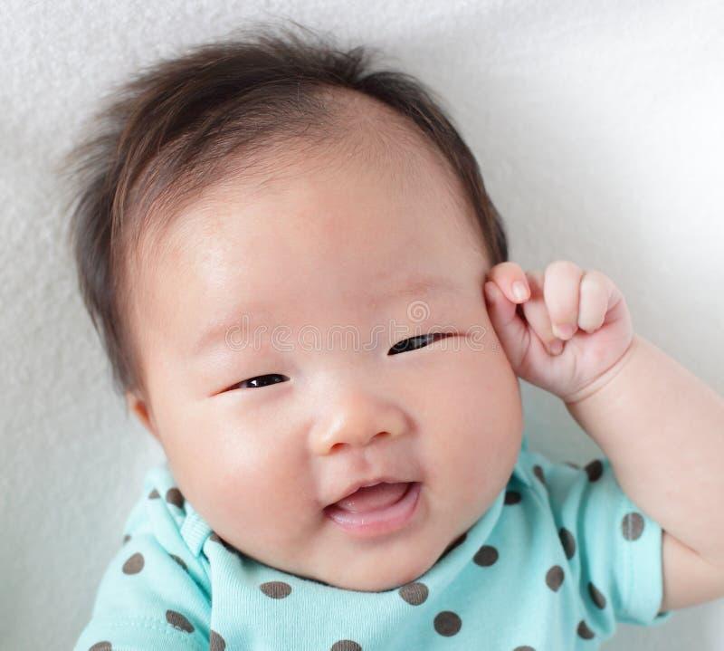 Fine del fronte di sorriso in su di un bambino sveglio immagine stock libera da diritti
