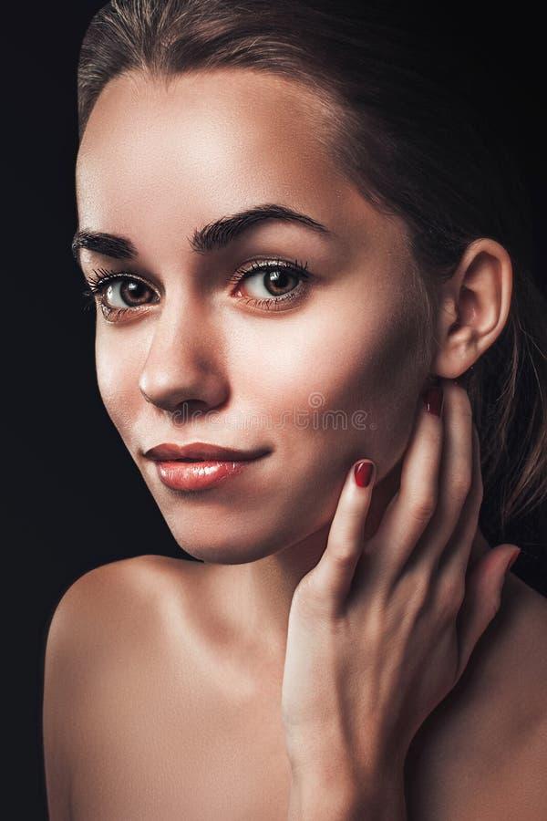 Fine del ritratto di bellezza della donna su fascino femminile di buio del fronte fotografia stock libera da diritti