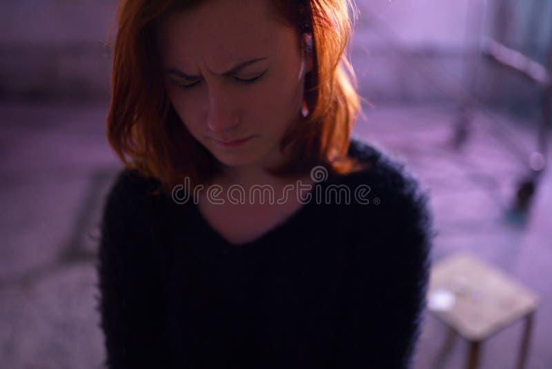 Fine del ritratto del fronte su della giovane donna bianca caucasica della testarossa di tossicodipendenza che indossa maglione,  fotografia stock libera da diritti
