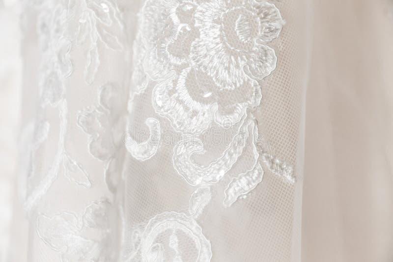 Fine del vestito da sposa su di pizzo ricamato fotografie stock libere da diritti