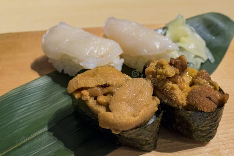 Fine deliziosa su dei sushi dei frutti di mare di stile giapponese immagini stock
